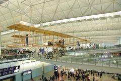 vieil avion dans l'intérieur d'aéroport de Hong Kong Photos stock