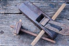 Vieil avion de charpentier de vintage sur le fond en bois Image libre de droits