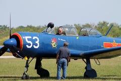 Vieil avion de combat chinois avec le pilote Photographie stock libre de droits