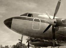 Vieil avion de propulseur noir et blanc Photos libres de droits