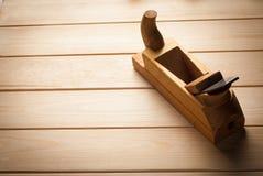 Vieil avion en bois dans un atelier du charpentier Images stock