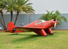 Vieil avion rouge Image stock