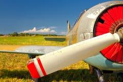Vieil avion russe sur l'herbe verte photos libres de droits