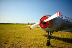 Vieil avion russe sur l'herbe verte image stock