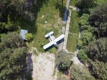 Vieil avion se tenant dans la vue aérienne de forêt de pin du bourdon photo libre de droits