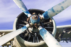 Vieil avion sur le champ photos stock