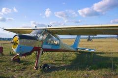vieil avion sur un champ prêt à décoller photos libres de droits