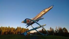 Vieil avion sur un piédestal photos libres de droits