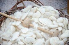 Vieil axe de laine et laine vierge Photo stock