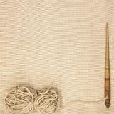 Vieil axe en bois d'excellent mocap avec une boule de fil de laine pour la fabrication des fils de laine sur un fond en bois Image libre de droits