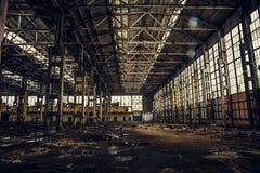 Vieil bâtiment ou entrepôt abandonné ruiné cassé sale, ruines d'usine industrielle Image stock