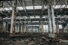 Vieil bâtiment ou entrepôt abandonné ruiné cassé sale, ruines d'usine industrielle images libres de droits