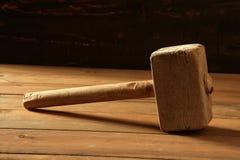 Vieil en bois de marteau effectué au-dessus du bois Photo libre de droits