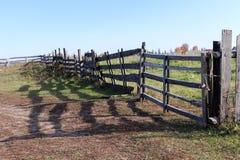Vieil en bois une barrière le long d'un site dans le village Photographie stock libre de droits
