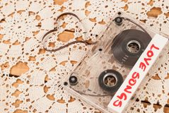 Vieil enregistreur à cassettes audio de musique dans la forme du coeur Enregistreur à cassettes sur le napperon de dentelle et le Photos libres de droits