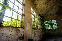 Vieil ensemble industriel ruiné abandonné Photos stock