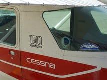 Vieil entraîneur fatigué de Cessna 150 images stock