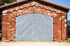 Vieil entrepôt avec de grandes portes photographie stock