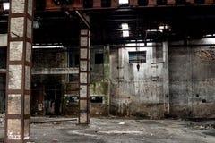 Vieil entrepôt dans le délabrement, intérieur de construction abandonné Images libres de droits