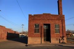 Vieil entrepôt de brique le long des pistes Image stock