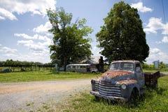 Vieil entrepôt de ferraille Rusty Pickup Truck Images stock