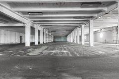 Vieil entrepôt industriel vide intérieur, lumière lumineuse image stock
