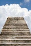 Vieil escalier aux nuages Photographie stock libre de droits