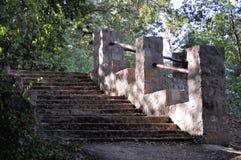 Vieil escalier avec amener extérieur de hautes balustrades solides  Photos stock