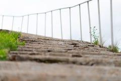 Vieil escalier concret au ciel avec des balustrades image stock