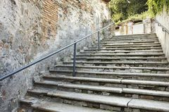 Vieil escalier criqué Photos stock