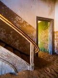 Vieil escalier dans la maison abandonnée de Namibien Images libres de droits