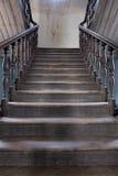 Vieil escalier en bois à l'intérieur de maison Images stock