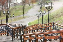 Vieil escalier en bois en parc Lanternes de fer travaillé photos stock