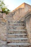 Vieil escalier en pierre jaune de chaux dans le château de Santa Barbara, Alicante, Espagne Images libres de droits