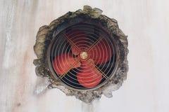Vieil extracteur industriel de fan en tôle d'acier image stock