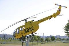 Vieil hélicoptère de délivrance d'ADAC en parc de visiteur à l'aéroport de Munich Photo stock