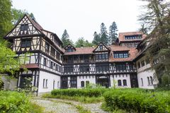 Vieil hôtel de montant dans une forêt photo stock