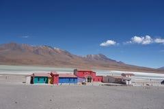Vieil hôtel coloré sur un lac photographie stock libre de droits