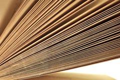 Vieil haut étroit âgé de pages de livre Images stock