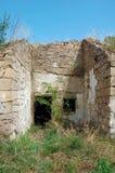 Vieil haut étroit abandonné de ruines de maison image libre de droits