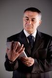 Vieil homme à l'aide d'un comprimé numérique Photographie stock