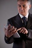 Vieil homme à l'aide d'un comprimé numérique Photographie stock libre de droits