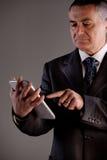 Vieil homme à l'aide d'un comprimé numérique Photos stock