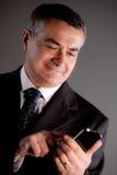 Vieil homme à l'aide d'un téléphone portable Photographie stock