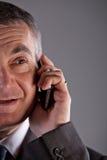 Vieil homme à l'aide d'un téléphone portable Photo stock