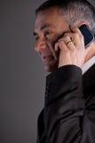 Vieil homme à l'aide d'un téléphone portable Photos stock