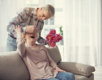 Vieil homme étonnant son épouse étonnée Photographie stock
