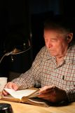 Vieil homme étudiant la bible Photos libres de droits
