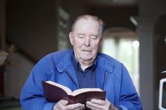 Vieil homme affichant la bible Photos libres de droits