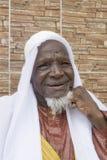 Vieil homme africain s'asseyant devant sa maison, quatre-vingts années Photos stock